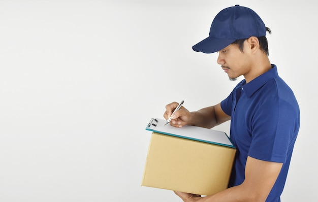 Доставка . молодой доставки холдинг коробку и что-то писать в буфер обмена.