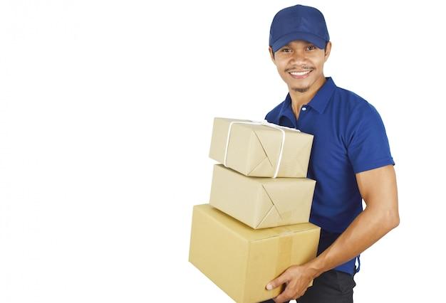 配送梱包箱を保持している若い配達。