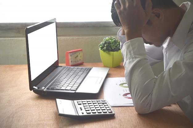 ビジネスマンはオフィスでの仕事で強調されています