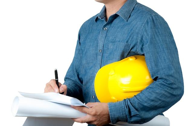 建築は紙で家を描き、遠近感で建築し、白い背景の上の青写真を保持します。