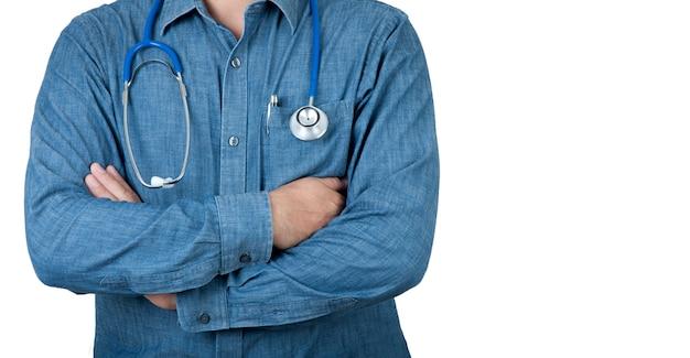 Концепция здравоохранения. доктор здравоохранения с голубой рубашкой и стетоскопом на предпосылке изолята.