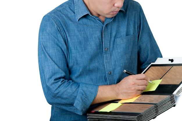 インテリアデザイン、建築は、隔離された背景のカタログから材料のサンプルを選びます。