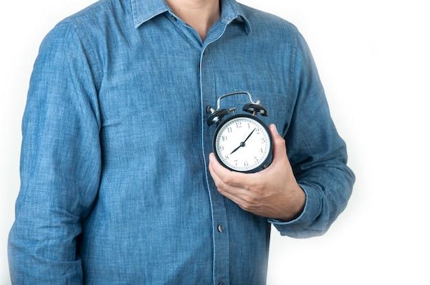 肖像画アジア人は仕事のための目覚まし時計を設定します。