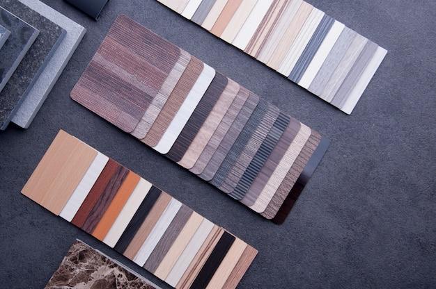 ウッドテクスチャ床ラミネートおよびビニール製床タイルのサンプル