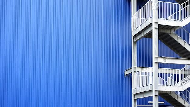 Побег белой металлической лестницы