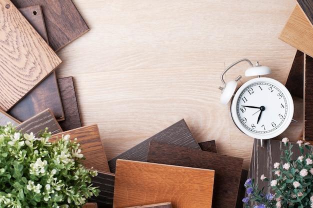 Образец древесных материалов для дизайна интерьера с растениями и будильником