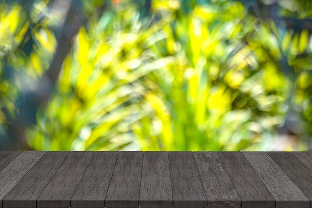 Черные деревянные полки в природе