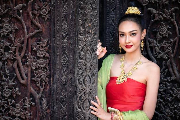 タイの伝統的な衣装でタイの女の子