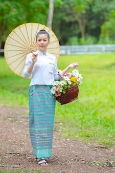 Азиатские женщины горных племен, женщины, одетые в традиционную тайскую одежду