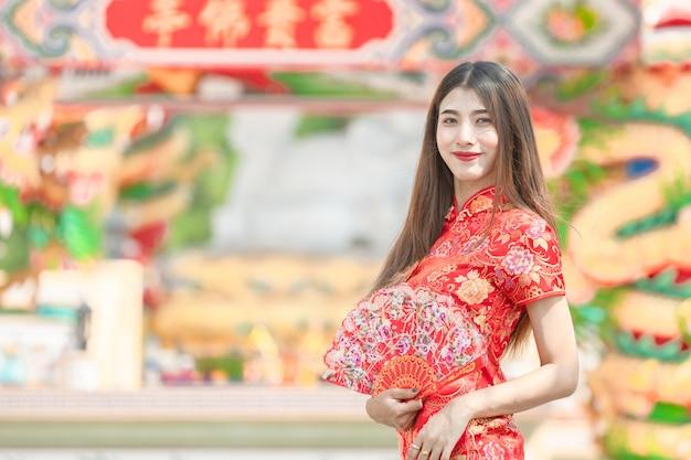 美しい女性アジアの赤いドレスを着て