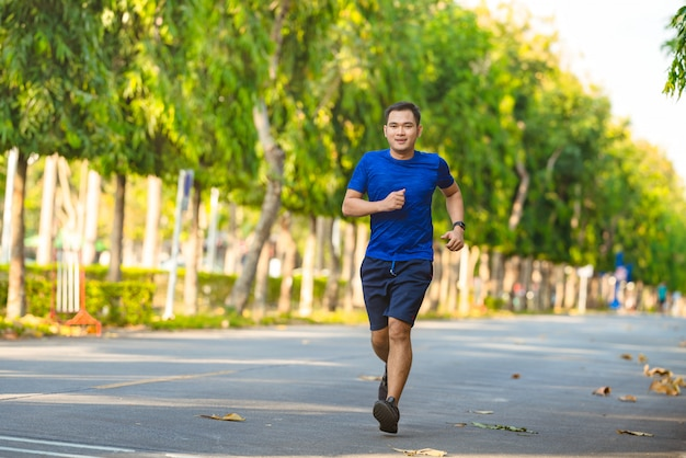 ランナーまたは公共の公園で実行している男