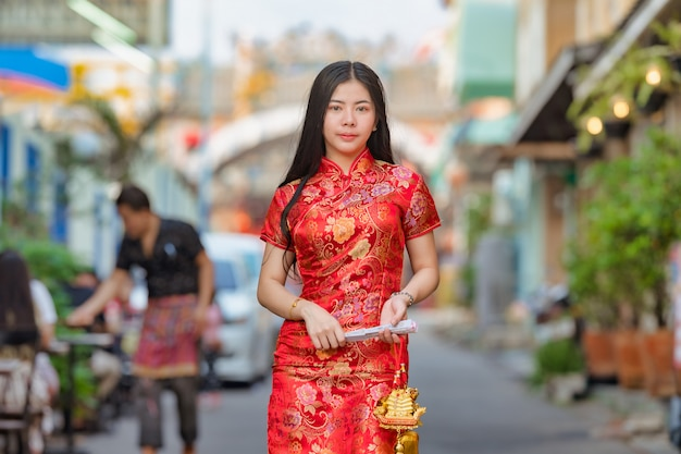 伝統的なチャイナドレスを着て美しいアジアモデル
