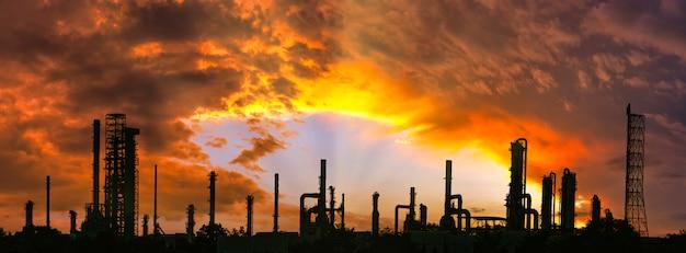 工業団地、製油所および石油貯蔵タンク、日没時の美しい空と石油化学プラントエリア