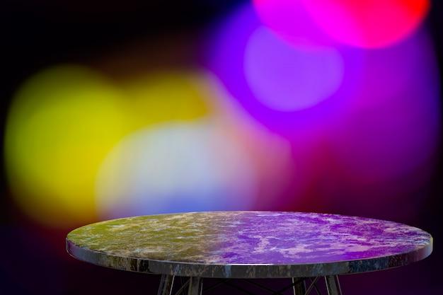 Пустой мраморный стол для отображения продуктов перед рестораном, ночным баром или ночным клубом, абстрактные размытия фона, пустая копия пространства
