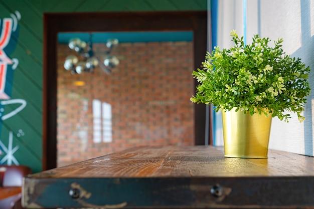 コーヒーショップの前に製品を表示するための空の木製テーブル