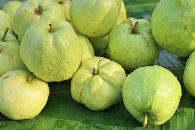 屋台の食べ物でグアバ果実