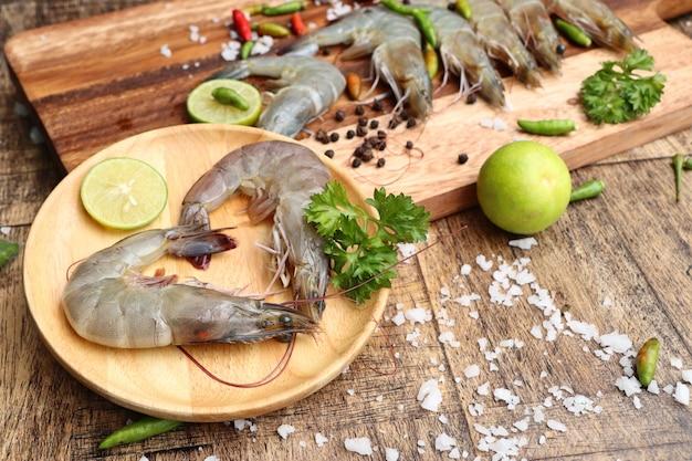 新鮮なエビの料理