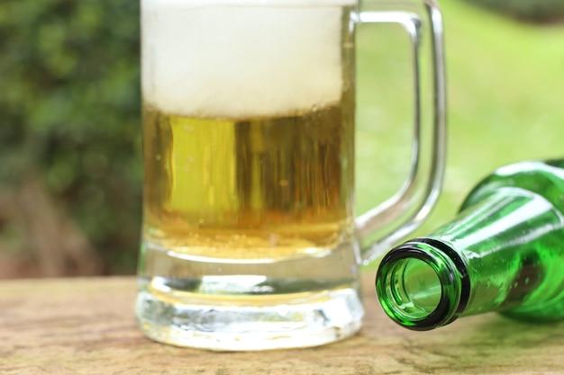 泡とビールをジョッキ