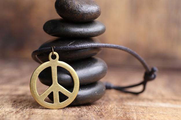 Кожаное колье с символом мира