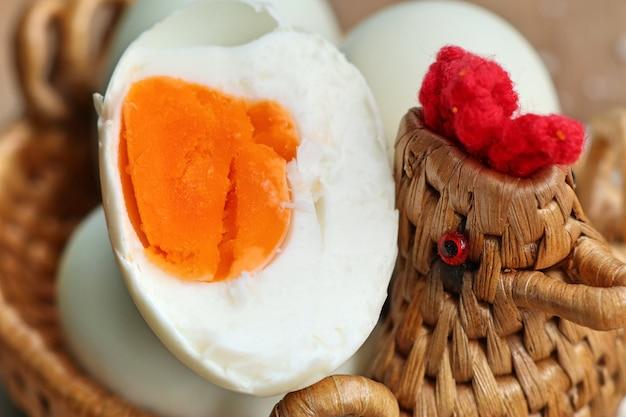 Соленое яйцо на дереве
