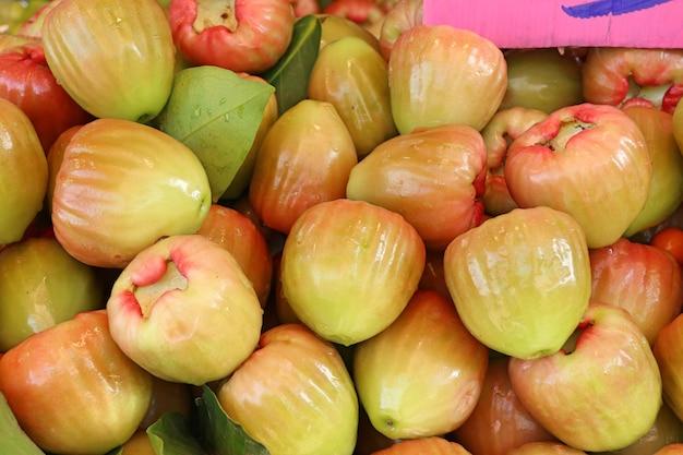 屋台の食べ物でバラのリンゴ