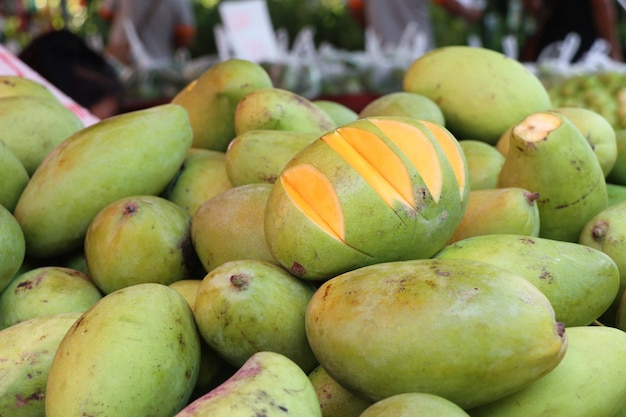 屋台の食べ物でマンゴー