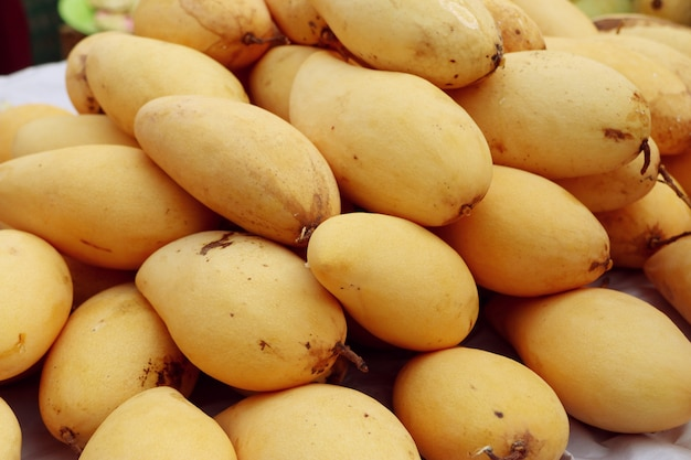 屋台の食べ物で熟したマンゴー