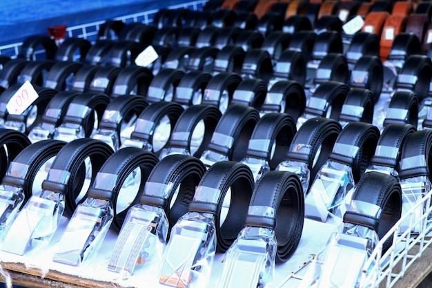 Продажа кожаных ремней на рынке