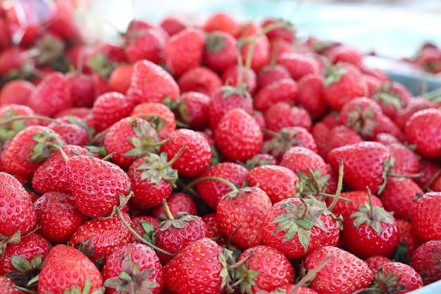 屋台の食べ物で新鮮なイチゴ