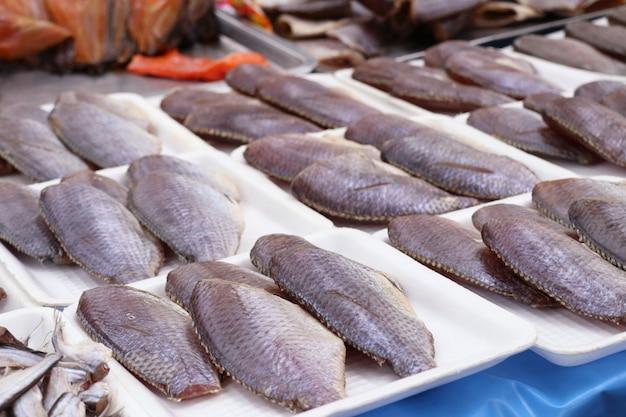 Сушеная рыба на рынке