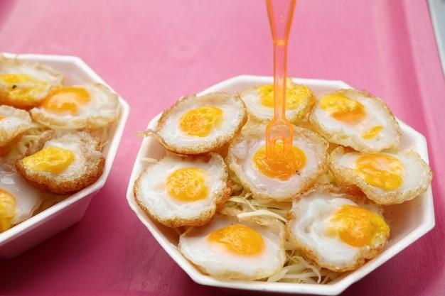 Перепелиные яйца на уличной еде
