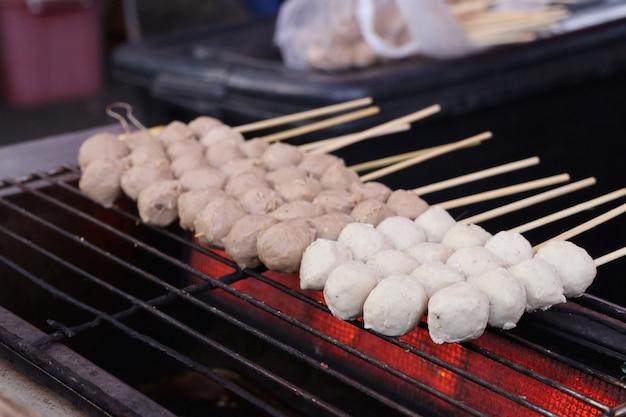 Жареные фрикадельки на уличной еде