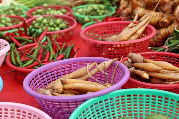 市場で野菜を売る店