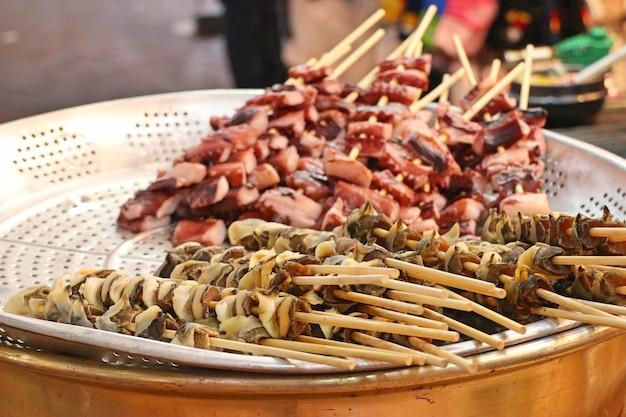 Жареная кальмара уличная еда в корее