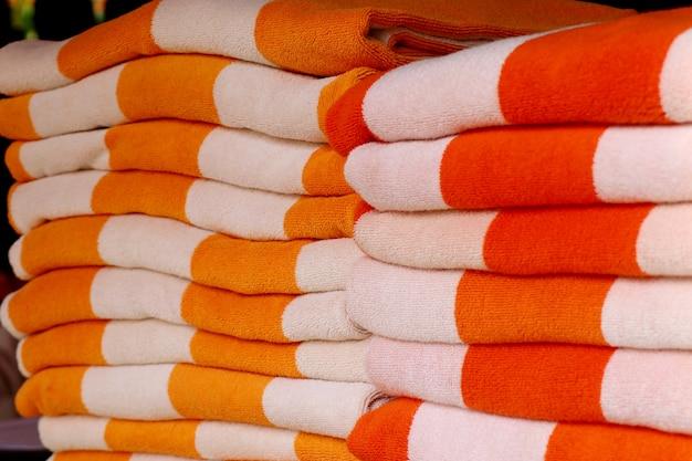 プールサイドでタオルを積み重ねる
