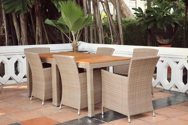 Экстерьер стулья и стол в саду