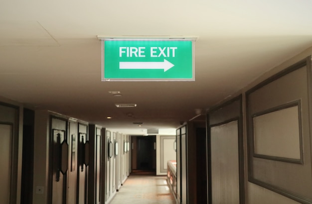 Пожарный выход к знакам