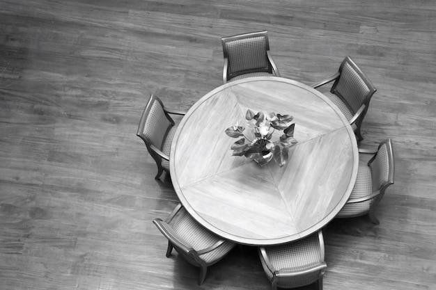 木製のテーブルと椅子