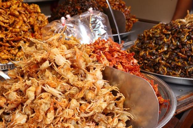 通りの食べ物で鮮やかなフィッシュ