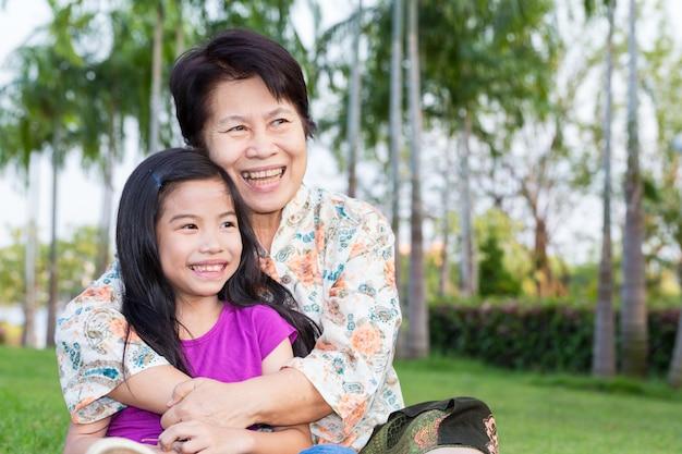 幸せなアジアのおばあちゃんと孫の笑顔