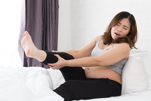 脚のけいれんを持つ妊娠中の女性
