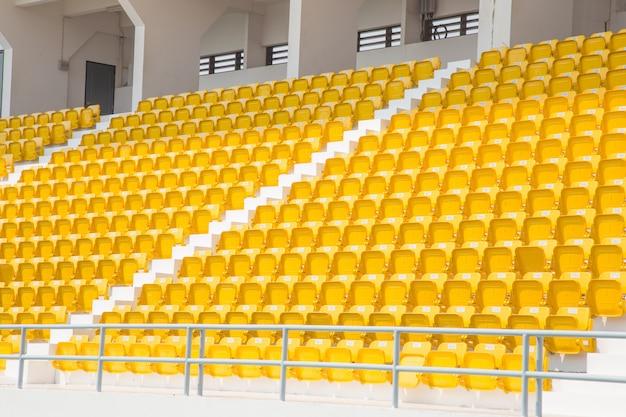 黄色い座席の円形劇場