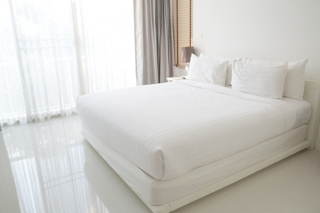 白いシーツと枕