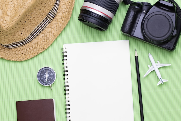 テキスト情報、旅行休暇旅行の概念のための空のスペースで旅行者のアクセサリーのトップビュー