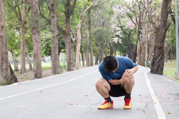 膝の周りの痛みを引き起こす膝の痛み、ランナーのコンセプトのランニング傷害
