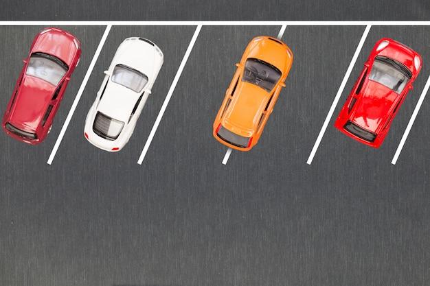 悪い駐車場。不適切に駐車した車