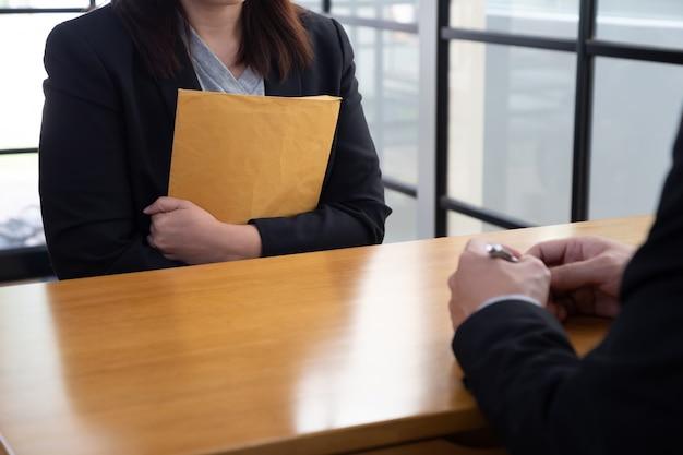 Женщины, которые берут интервью у работодателей, собеседование и концепция найма