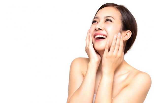 清潔で新鮮な肌、女の子の美しさの顔のケア、フェイシャルトリートメント、美容スパのコンセプトを持つ幸せな美しい若いアジア女性
