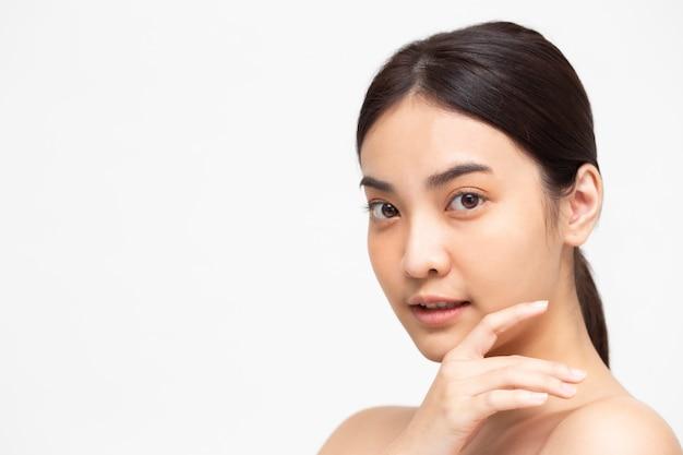 美容アジアの女性の肖像画は、分離された健康的な完璧な肌をオフにします。美容クリニックのフェイシャルトリートメントスキンケアコンセプト