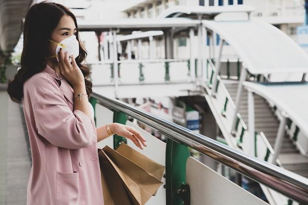 Азиатская женщина, носить защитную маску для чумы коронавируса. гигиеническая маска для лица для защиты окружающей среды или распространения вируса